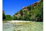 Řeka Acheron v Řecku Obrázek 2. Řeku Acheron v Řecku zařadila studie mezi biotopy, kde jsou ryby nejvíce ohrožené vzhledem k jejich náchylnosti ke změně klimatu. © Oliver Deisenroth (CC BY-SA 3.0).